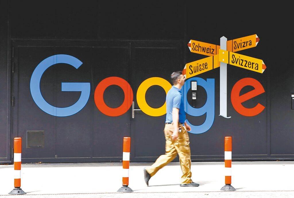 7月1日,一名男子在瑞士苏黎世一栋办公楼前经过Google标志。(路透)(photo:ChinaTimes)