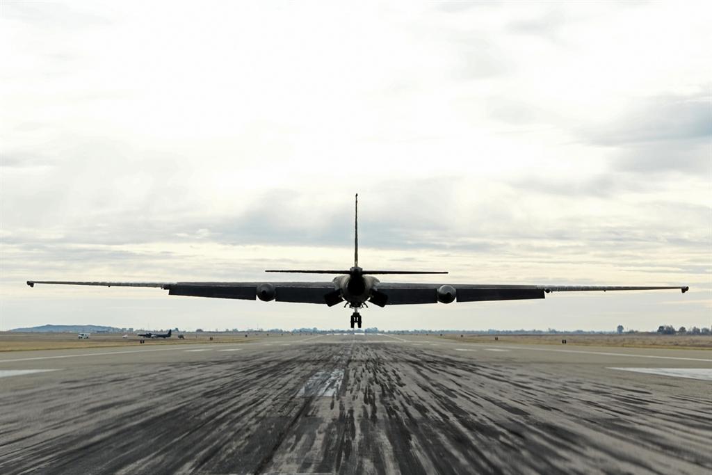 一架U-2高空偵察機12月15日在執行了聯邦實驗室一個測試AI副駕駛的飛行任務後,降落在加州比爾空軍基地。(圖/美國空軍)