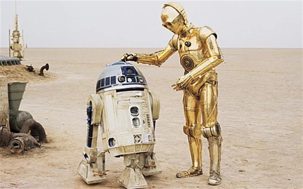 在地上滑動的機器人R2-D2是《星際大戰》中極受歡迎的角色,它也在X型戰機上露出頭部,擔任導航與偵測的工作。( 圖/StarWar劇照)