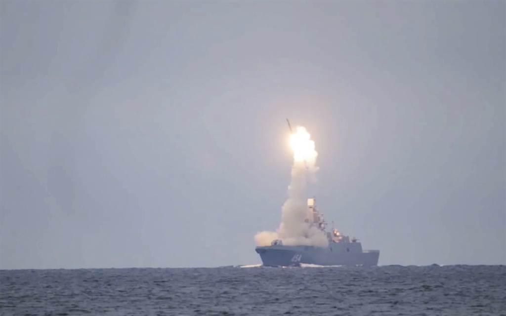 普丁譴責美國遲遲不肯續簽《新戰略武器裁減條約》,俄國只好發展極音速武器以為因應。圖為俄國首次試射極音速飛彈鋯石。(圖/美聯社)