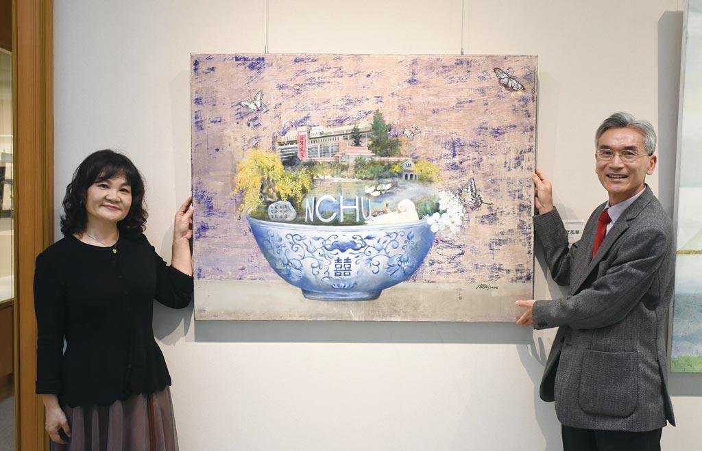 黃騰萱捐贈「中興百年風華」作品供興大典藏,與興大薛富盛校長(右)合影。圖/中興大學提供