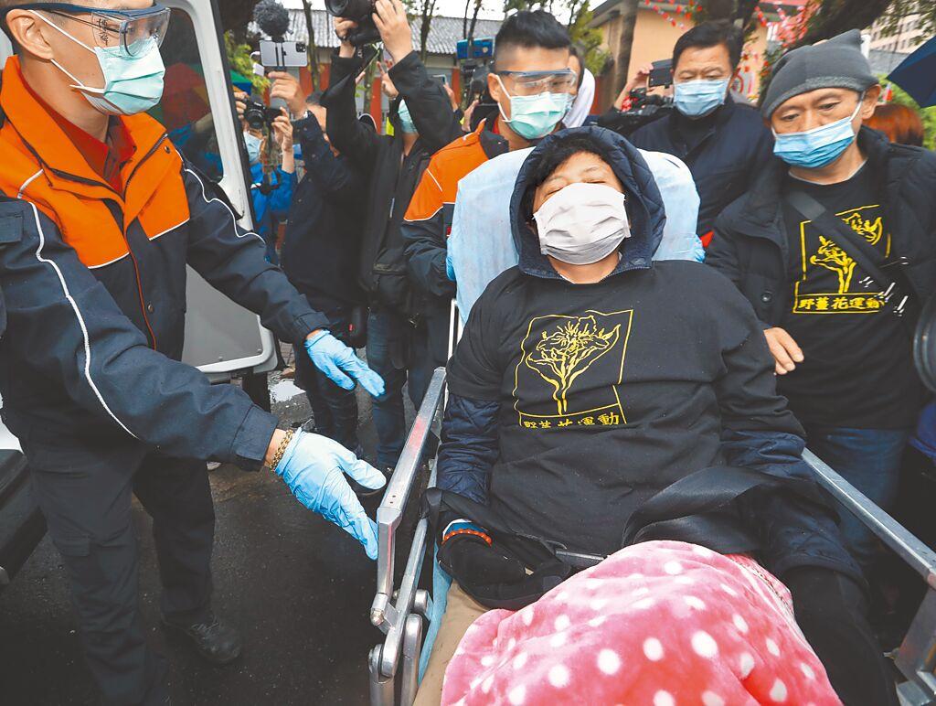 抗議萊豬開放進口,前立委沈智慧(中)16日在立法院門口絕食已超過97小時,醫生評估有危險,在沈智慧同意下,救護人員將沈送醫檢查。(劉宗龍攝)