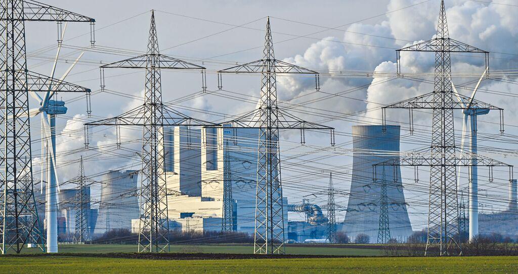 KPMG公布2020全球企業永續報告大調查,全球250大企業,逾6成不符合巴黎協定的升溫2℃減碳路徑。圖為德國燃煤電廠釋放蒸氣。(美聯社)