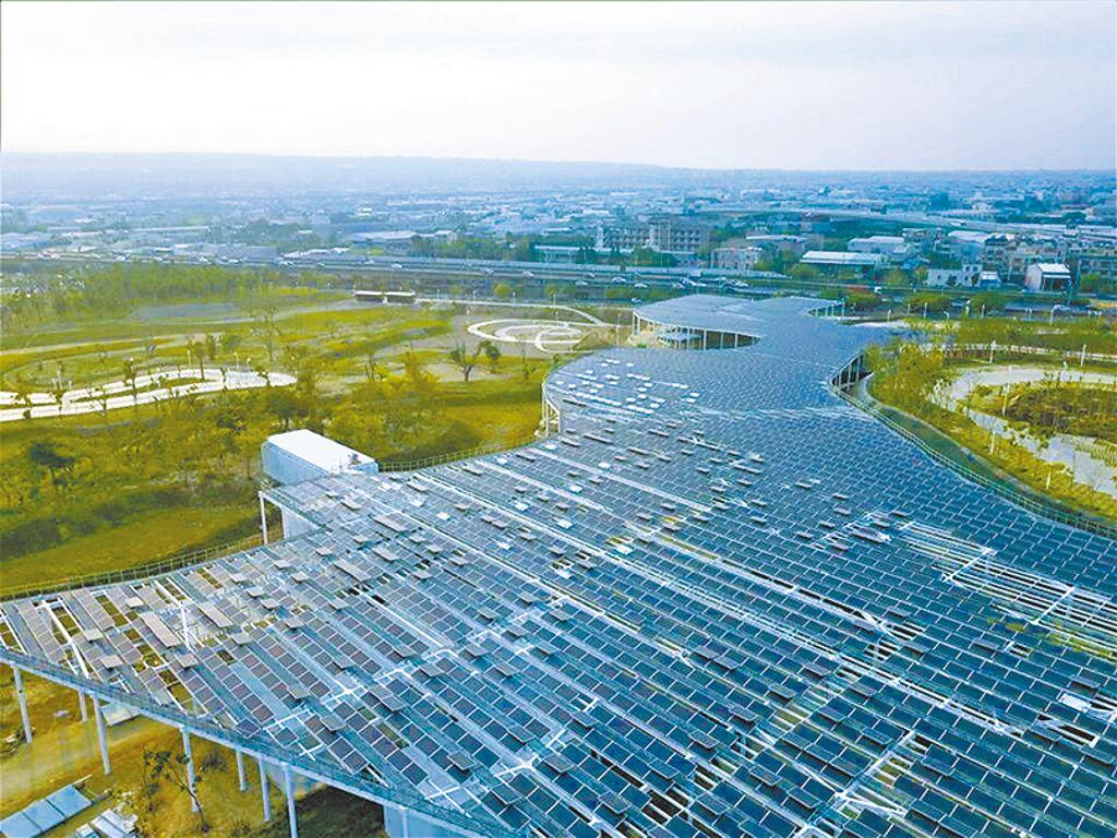台中市新啟用中央公園,圖為南北二側停車場建置太陽能光電板1萬平方米,年產製188多萬度電力,節省電費700多萬元,園區自己種電發電。(台中市府提供/盧金足台中傳真)