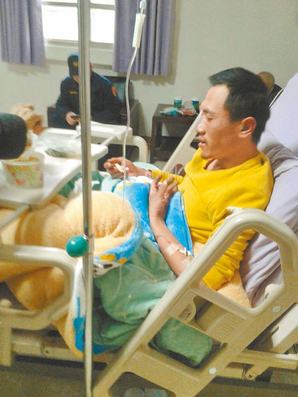 邱男16日獲救後,有脫水現象,送醫治療吃了熱食,換上家屬帶來的乾淨衣物,休息後狀態恢復良好。(家屬提供/張妍溱台中傳真)