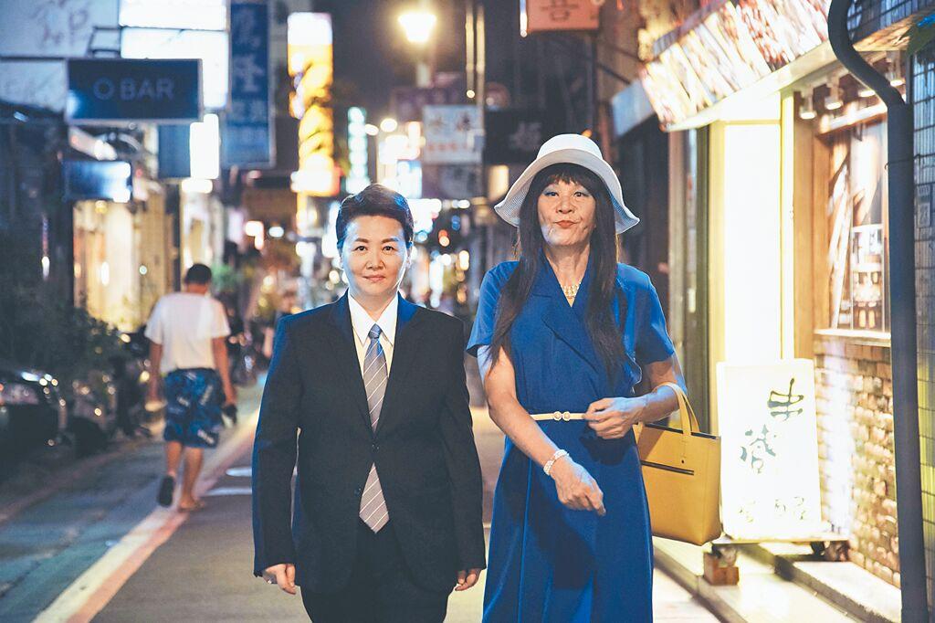 龍劭華(右)與王琄在《戒指流浪記》玩變性裝扮。(HBO Asia提供)