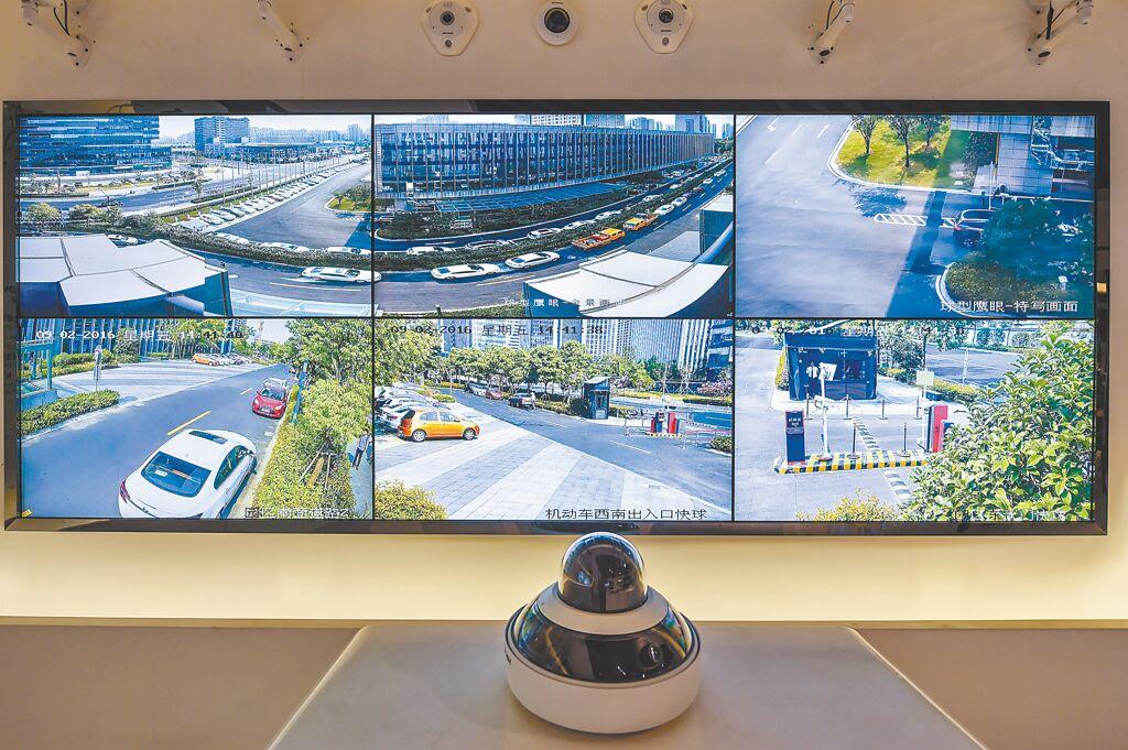 杭州海康威视展示厅内的鹰眼全景监控摄影系统。(新华社资料照片)