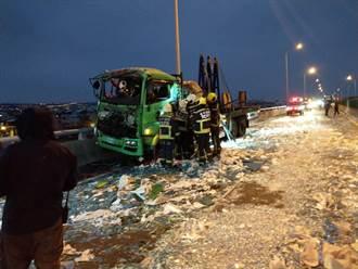 台中西濱貨車撞吊車 車上玻璃全碎光噴滿地