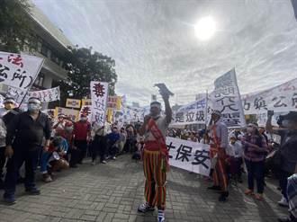 台東》不滿都歷掩埋場展期 部落族人拉布條抗議 封鎖道路