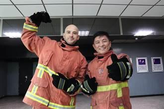 招募義消猛男 藝人吳鳳穿消防衣練打火