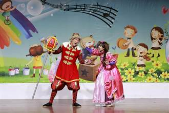 頭份市公所歡度聖誕 兒童劇團表演洋溢幸福氛圍
