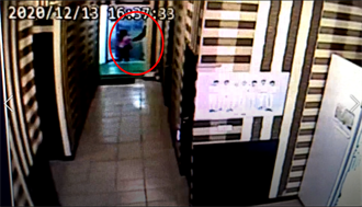私刑害命 關鍵影片曝光  老翁「拉手. 鎖門」 帶女童往門外走
