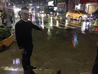 基隆精一路、仁五路口水管爆裂 路面塌陷封2縣道搶修