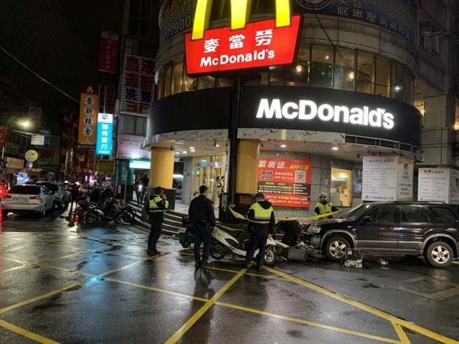 警方到場後將剌傷人的張男逮捕並將傷者送醫。(翻攝畫面/李俊淇新北傳真)