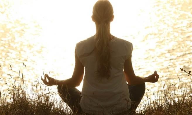 正念冥想幫助放鬆,有助減重。(示意圖/Pixabay)
