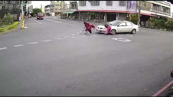 台南市一位女子推著嬰兒車橫越三叉路口,在路中央遭一輛自小客車攔腰撞上,婦人與嬰兒車雙雙噴飛。(臉書社團《爆怨2公社》/蘇育宣翻攝)