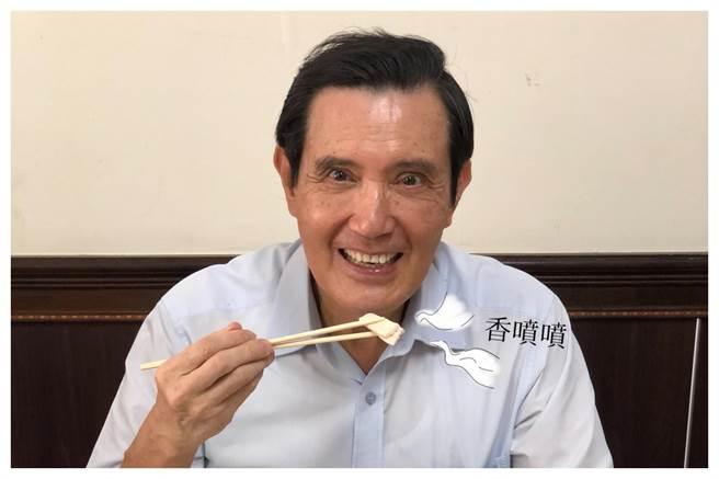 前總統馬英九在臉書分享吃火雞肉飯,但粉絲把焦點都放在眼睛上面。(摘自馬英九臉書)