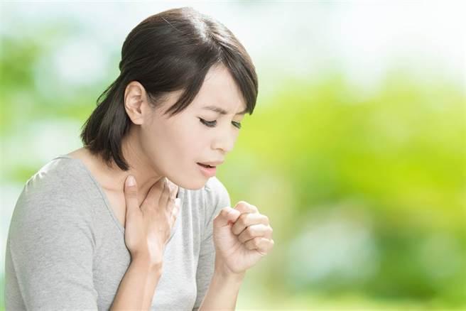 醫師指出,新冠肺炎、百日咳若交叉感染,將大增重症風險,但大多數成年人的體內疫苗保護力已經失效。(示意圖/Shutterstock)