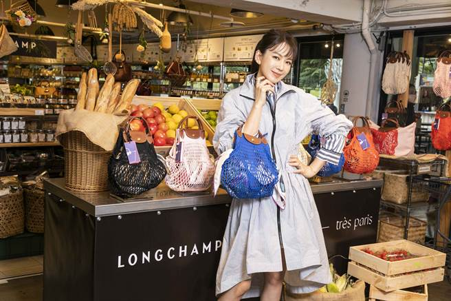 Melody渔网袋上身 逛传统市场充满巴黎风格。(图/品牌提供)