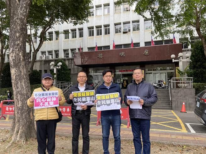 市議員羅廷瑋18日與教育、醫師團體到行政院中部辦公室抗議,高喊「綠色恐怖動起來,良心醫師不孤單」。(盧金足攝)