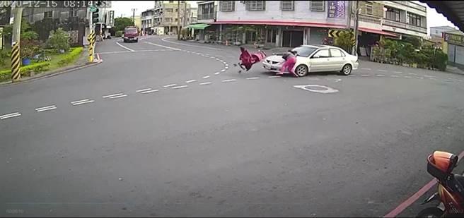 台南六甲區一名婦人推嬰兒車過無斑馬線三叉路口,7月嬰連車被撞飛。(讀者提供/劉秀芬台南傳真)