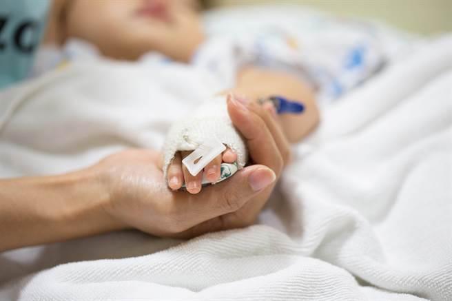 出生1个月的女婴因为药物副作用不排便,医师说新生儿尽量少吃药。(示意图/达志影像/Shutterstock提供)
