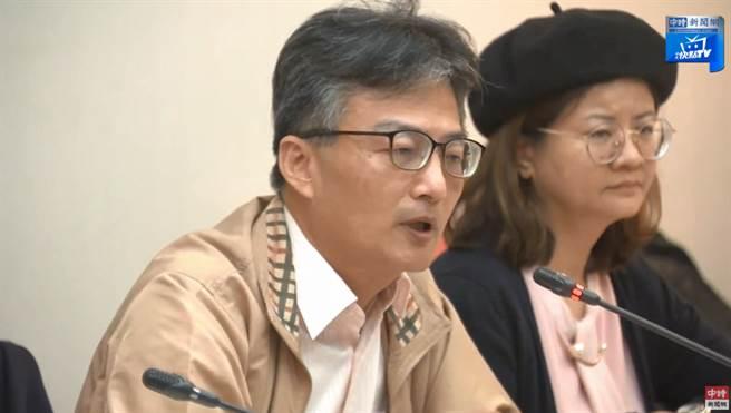 高雄榮總台南分院前主治醫師蘇偉碩遭查水表,17日記者會表示會到案說明。(圖/摘自中時新聞網直播畫面)