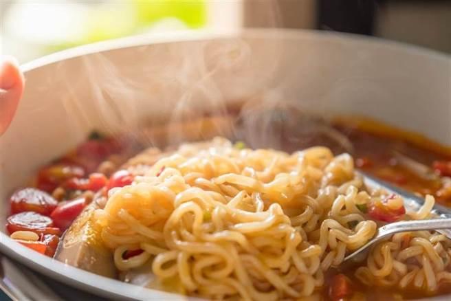 小楊聊美食分享了讓泡麵更好吃的3種秘訣,其中將泡麵加入「糯米粉+雞蛋」,能增加麵條彈性、提升整體口感。(泡麵示意圖 達志)