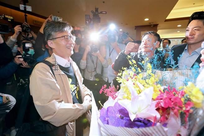 蘇偉碩(左)17日出席反瘦肉精毒豬聯盟記者會後,國民黨立院黨團總召林為洲(中)、書記長蔣萬安(右)帶著黨團幹部前來聲援,獻花及送上象徵吉利的橘子。(黃世麒攝)