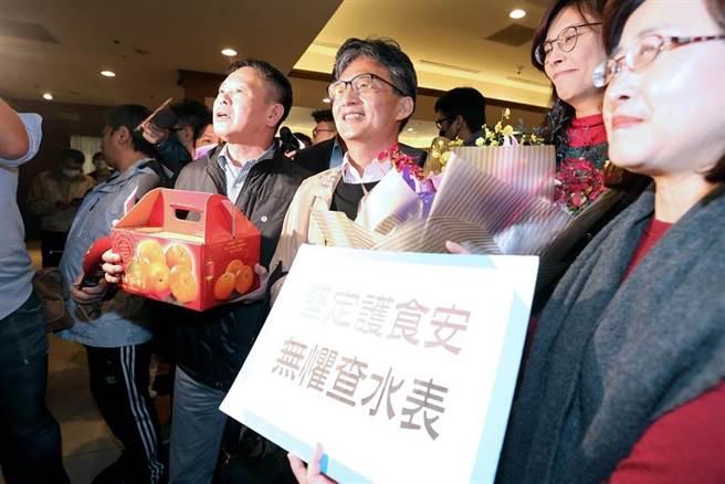 蘇偉碩(中)17日出席反瘦肉精毒豬聯盟記者會後,國民黨立院黨團總召林為洲(左)帶著黨團幹部前來聲援,獻花及送上象徵吉利的橘子。(黃世麒攝)