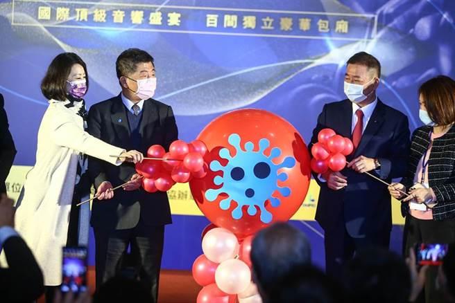 衛福部長陳時中(左2)17日出席2020台北音響藝術大展,主辦單位準備象徵冠狀病毒的道具,在開幕儀式讓來賓們一起戳破。他表示,「今天只是想來看看一般大型展演,大家在防疫上有沒有落實。」(鄧博仁攝)
