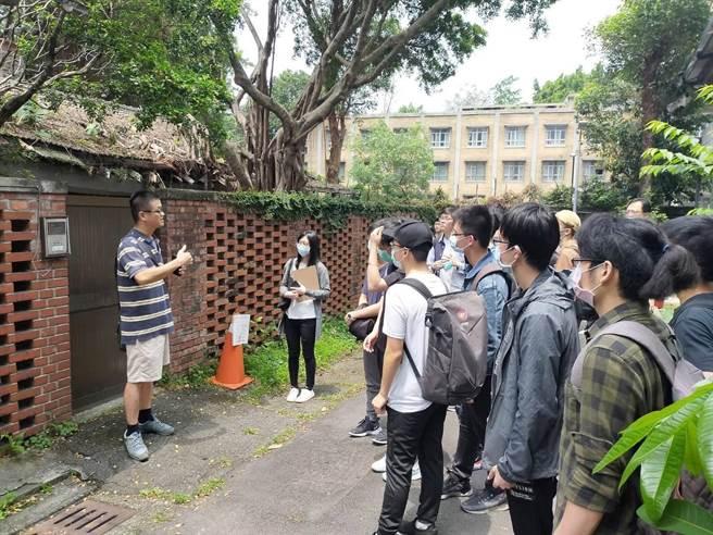台科大團隊到學人新村現場踏勘,了解當地居住現況。(台科大提供/李侑珊台北傳真)