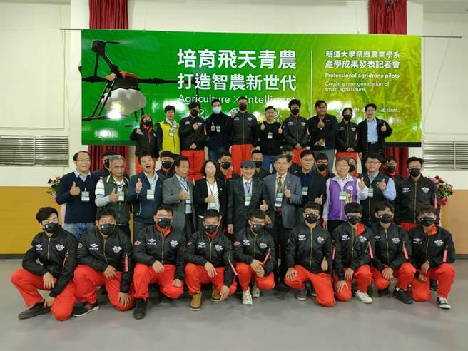 明道大學精緻農業系透過產官學合作,將組成台灣最堅強的農用無人機隊。(吳建輝攝)
