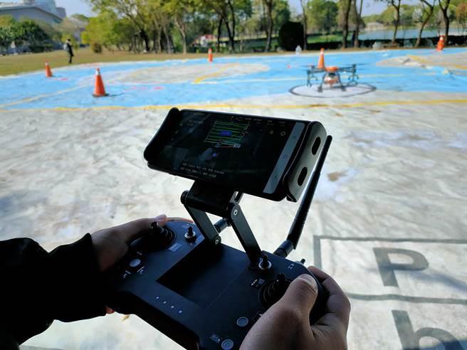 學生必須學習無人機操作,以及程式設定,學成後學校輔導考取G2證照。(吳建輝攝)