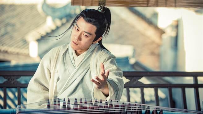 林雨申与胡歌同被封为「四大小生」,在《倚天屠龙记》饰演「最帅杨逍」。(中天娱乐台提供)