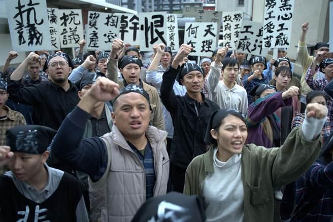 《國際橋牌社2》16日拍攝工廠惡意倒薪、工人們上街抗議的橋段,號召超過50名粉絲到場支援演出。(國際橋牌社劇組提供)