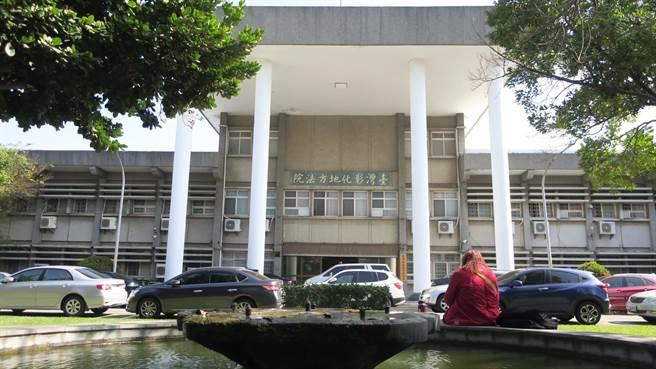 1968年落成啟用的彰化地院、彰化地檢署辦公廳舍使用迄今已有52年,建物十分老舊。(謝瓊雲攝)