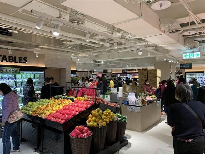廣三SOGO打造「好地方超市」,今日正式開幕,吸引大批購物人潮。圖/曾麗芳