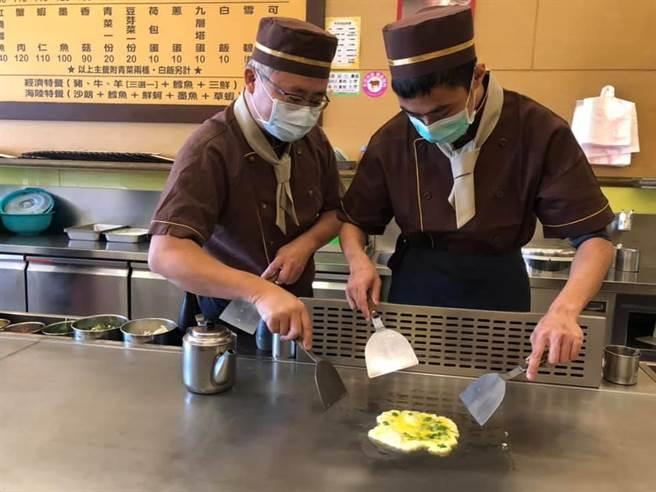 业者请吃铁板烧憨儿大展厨艺学煎蛋。(吕筱蝉摄)