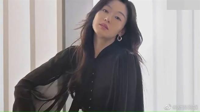 全智賢穿著一襲黑色套裝,大波浪黑長髮披肩,看起來十分有女人味,鏡頭拉近也發現她的膚況保養得宜。(圖/ 摘自微博)