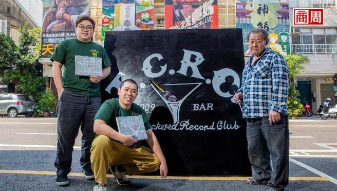 顏振發(右1)與TCRC調酒師黃奕翔(左1)、許建晟(左2),傳承一生懸命的匠師精神。(圖/郭涵羚攝)