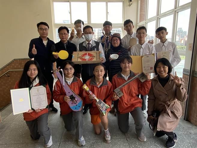 会稽国中「科学发明动手做社团」成立4年,让学生在生活中找小创意,在罗马尼亚、曼谷等国际发明展摘金夺银。(蔡依珍摄)