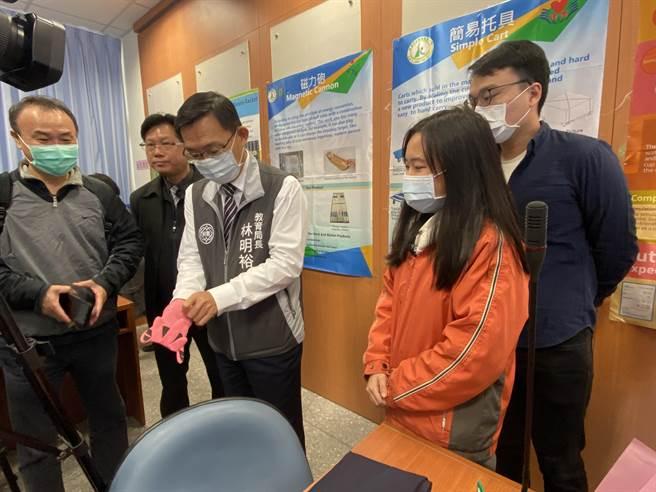 教育局长林明裕也技痒体验去皮手套。(蔡依珍摄)