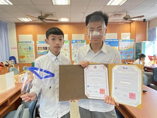许贺(右)、简铄懿「防护面罩」在上周的高雄发明展拿下简报组金牌、摊位组银牌。(蔡依珍摄)