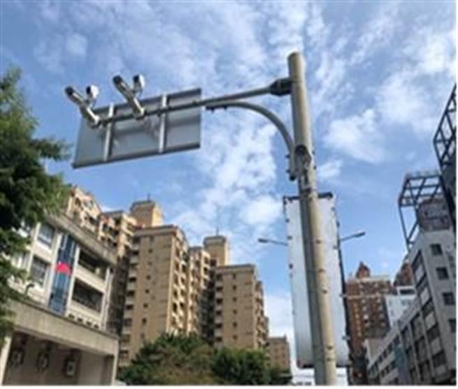 5岔路口處共建置16支「AI偵測攝影機」採自動採證違規。(台中市警察局提供/張妍溱台中傳真)