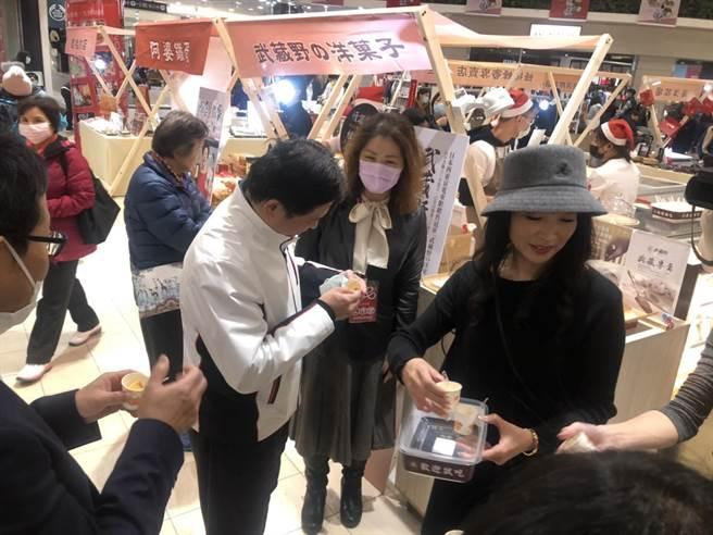 副市长吴明机到场试吃各式特色商品。(李俊淇摄)