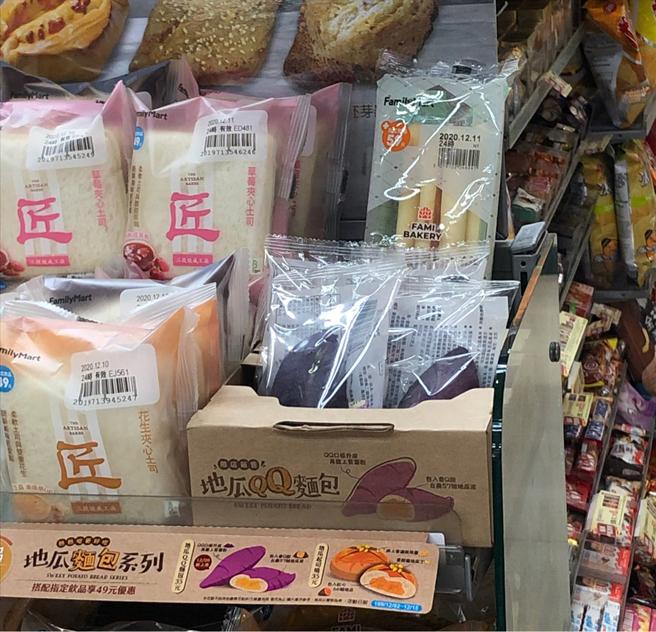 網友表示,完全被麵包的展示盒給吸引,覺得光是造型就很加分。(圖/截自PTT)