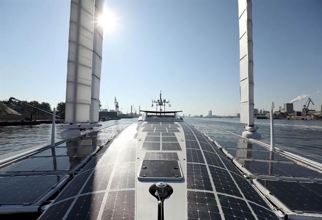 美新能源快速發展,不再依賴中東石油,但卻轉向依賴新能源所需要的設備與關鍵礦產資源,而這些資源卻都被中國大陸掌握。(圖/路透)