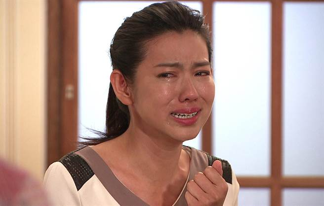 米可白在台視八點檔《生生世世》中,意外得知老公薛仕凌的同志傾向,一時間情緒爆發,哭的一把鼻涕一把眼淚。(台視提供)