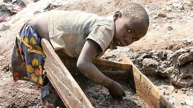 剛果鈷礦超過半數為大陸所控制,但剛果鈷礦長期以來雇用童工的問題遭到國際上嚴厲批評。(圖/change.org)